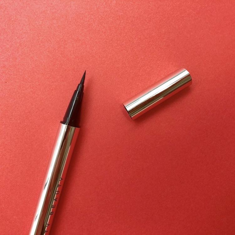 コシがあって頼れる太めの筆先。繊細な細いラインも引きやすいです。