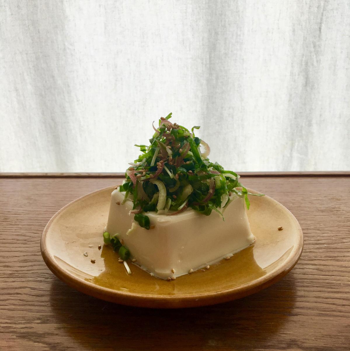 豆腐をパックから出して五味薬味をどさっと。30秒で一品完成。