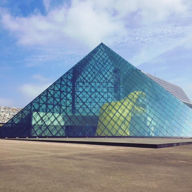 モレエ沼公園にあるガラスのピラミッド。中には巨大な黄色いバルーンが