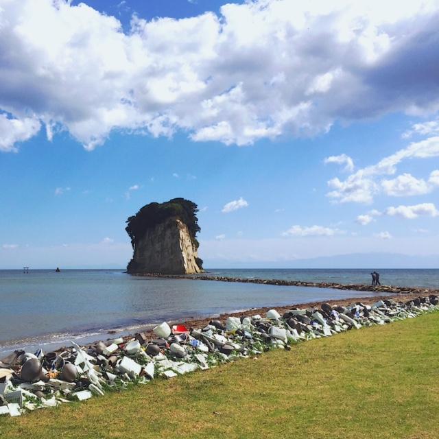 空海によって発見された、という伝説が残る「見附島」近くの海岸線には、リュウ・ジャンファさんの作品「Drifting Landscape」が。地域に伝わる珠洲焼と景徳鎮の陶器が海岸に流れ着いたように配置された作品
