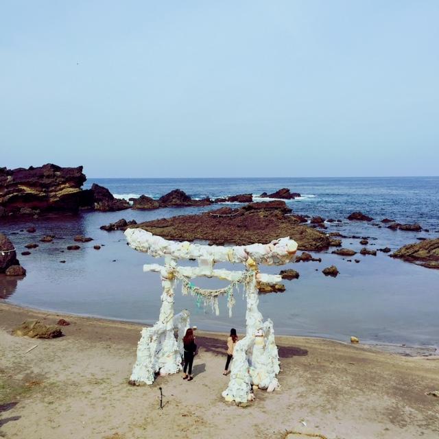漂流物だった廃棄物を、鳥居にした深澤孝史さんの「神話の続き」。海からの漂流物を「漂流神」として祀る風習から着想を得た作品