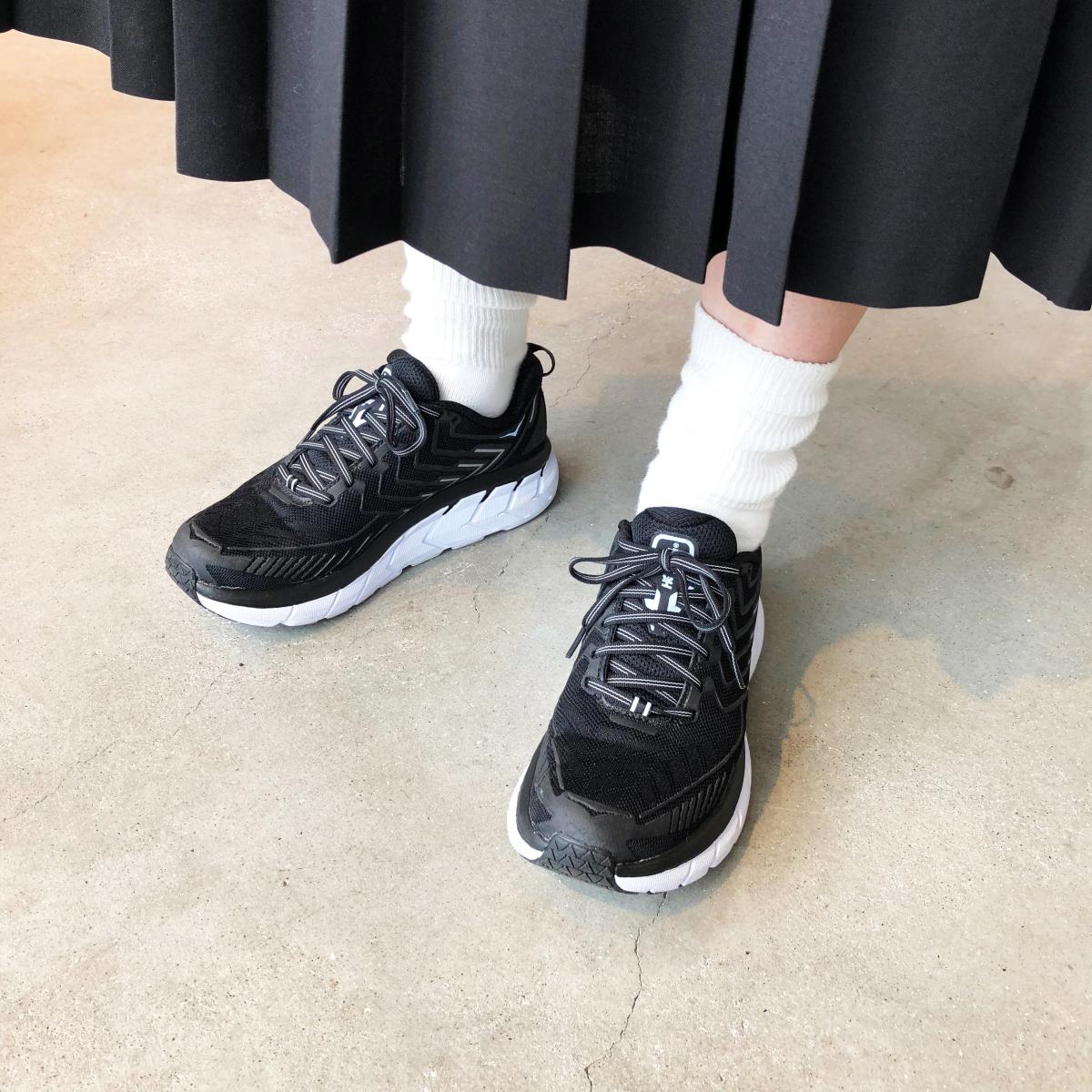 友人の足もとを借りましたが、ブラック×ホワイトやオールホワイトのモデルは普段使いにも
